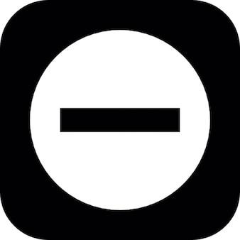 Minus teken op een zwarte vierkante achtergrond