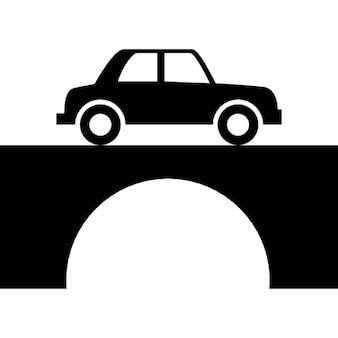 Carro antigo de atravessar a ponte