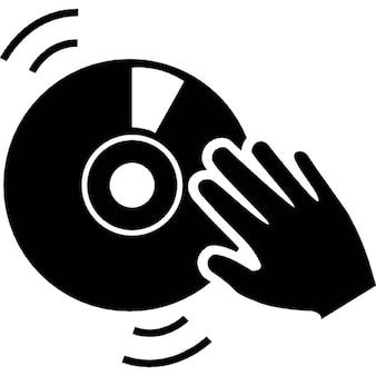 Mão dj em um disco de música do vintage