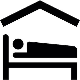 Pessoa deitada na cama dentro de uma casa