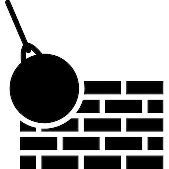 Mur de briques et boule de démolition