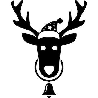 Tête de renne avec le Père Noël chapeau et une suspension de la cloche de son cou