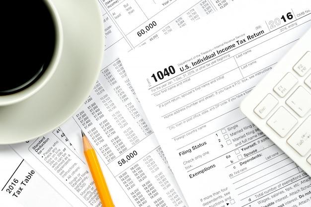 00 formulaires fiscaux vue de dessus avec une tasse de café et un crayon