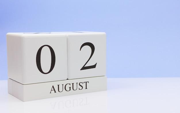 02 août. jour 2 du mois, calendrier quotidien sur tableau blanc