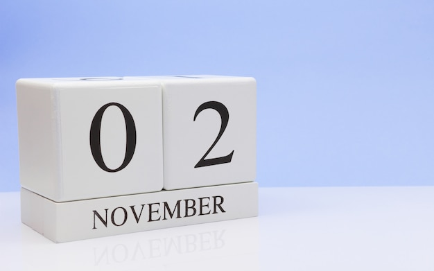 02 novembre. jour 2 du mois, calendrier quotidien sur tableau blanc avec reflet