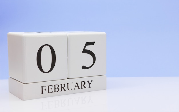 05 février. jour 05 du mois, calendrier quotidien sur tableau blanc.