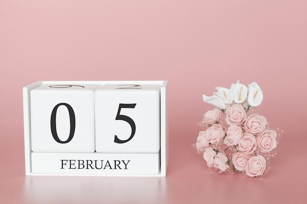 05 février. jour 5 du mois. cube de calendrier sur fond rose moderne, concept de commerce et événement important.