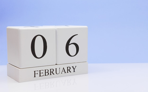 06 février. jour 06 du mois, calendrier quotidien sur tableau blanc.