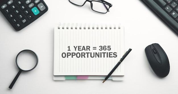 1 an 365 opportunités. pensée positive. concept d'entreprise