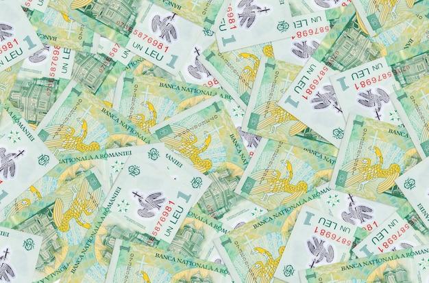1 billets leu roumains se trouvent dans une grande pile. une grosse somme d'argent