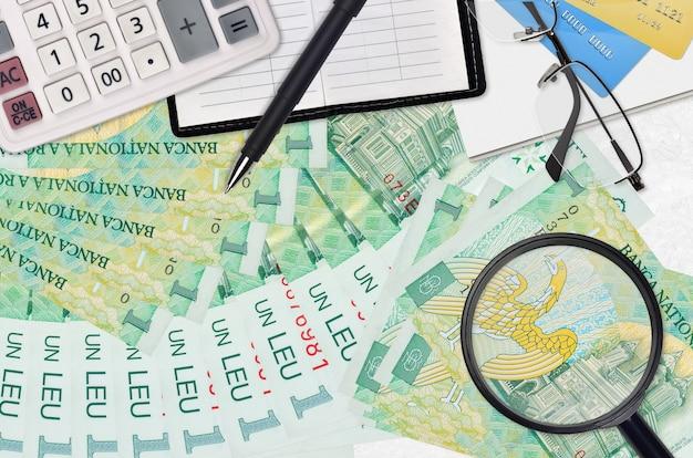 1 factures de leu roumain et calculatrice avec lunettes et stylo