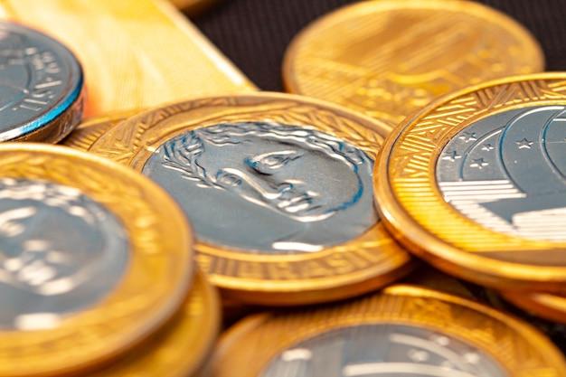 1 pièces réelles en macrophotographie pour le concept d'économie d'argent et l'économie brésilienne