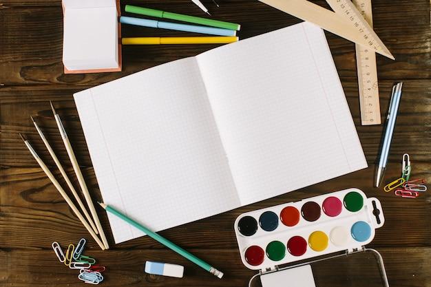 1 septembre concept carte postale, journée des enseignants, retour à l'école, fournitures, vintage tonique