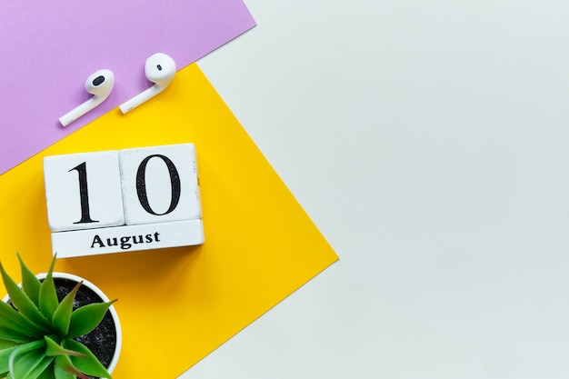 10 août - concept de calendrier du dixième jour mois sur des blocs de bois avec espace de copie