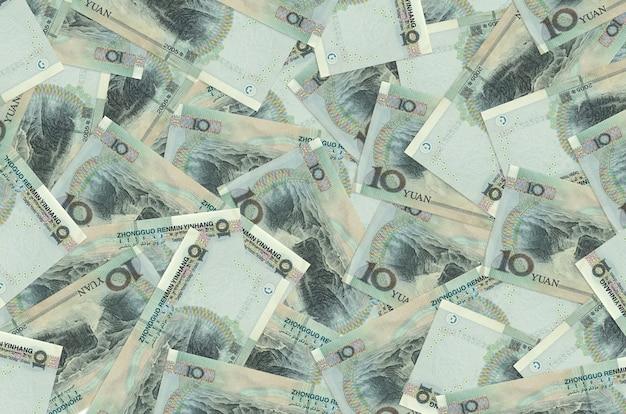 10 billets de yuans chinois se trouvent en gros tas. contexte conceptuel de la vie riche. une grosse somme d'argent