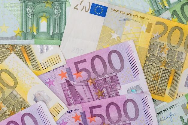 100, 200, 500 billets en euros en arrière-plan