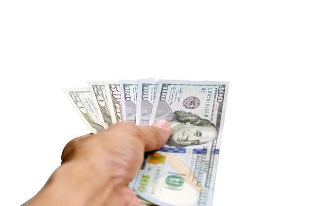 100,50 dollars et 20 dollars entre les mains d'hommes isolés sur blanc