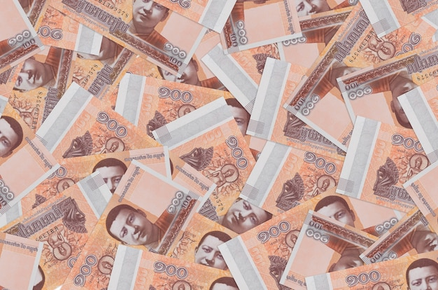 100 billets de riels cambodgiens se trouvent en gros tas. mur conceptuel de vie riche. une grosse somme d'argent