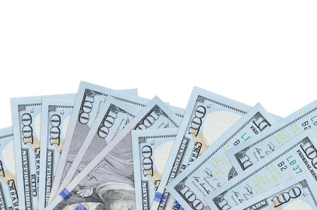 100 dollars américains factures se trouve sur la face inférieure de l'écran isolé sur fond blanc avec copie espace