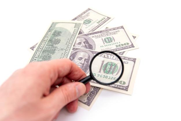 100 dollars américains sous loupe, photo concept