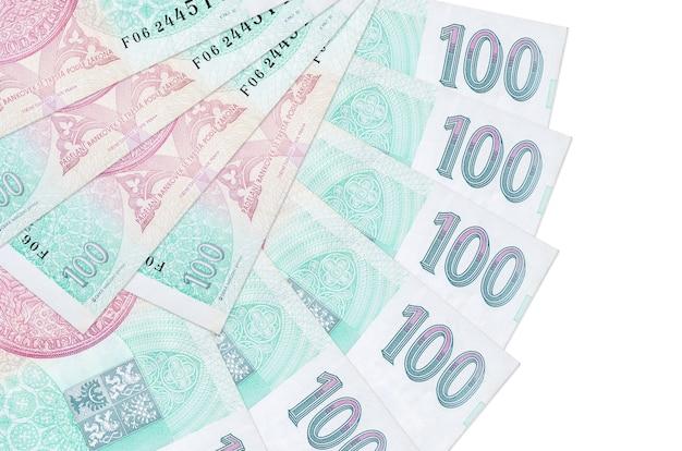 100 factures de couronnes tchèques se trouvent isolés empilés en forme d'éventail de près. concept de transactions financières