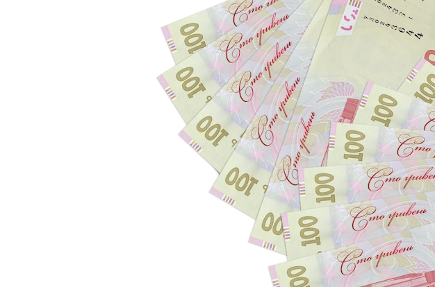 100 factures de hryvnias ukrainiennes se trouve isolé sur un mur blanc avec espace de copie. mur conceptuel de vie riche. grande quantité de richesse en monnaie nationale