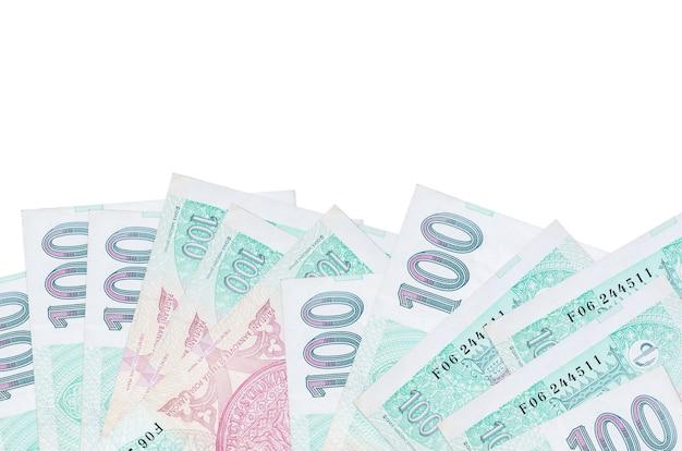 100 factures de korun tchèque se trouve sur le côté inférieur de l'écran isolé sur fond blanc avec copie espace