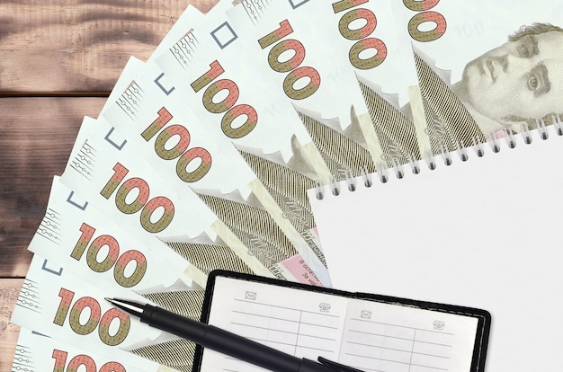 100 hryvnias ukrainiens fan et bloc-notes avec carnet de contacts et stylo noir