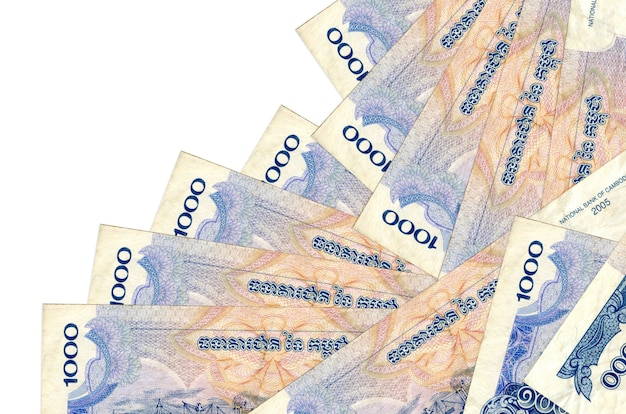 1000 factures de riels cambodgiens se trouvent dans un ordre différent isolé sur blanc. banque locale ou concept de fabrication d'argent.