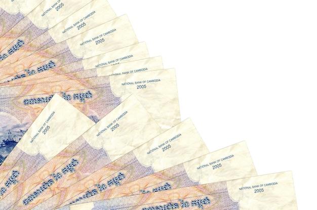 1000 riels cambodgiens factures se trouve isolé sur un mur blanc avec copie espace empilé dans le ventilateur de près. concept de temps de paie ou opérations financières