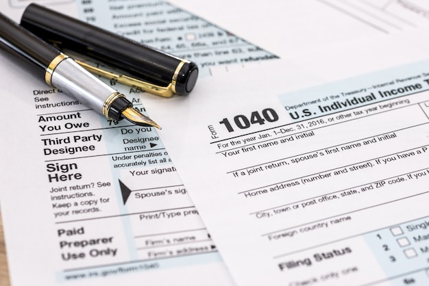 1040 document fiscal avec stylo