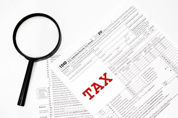 1040 formulaire de déclaration de revenus des particuliers avec stylo et loupe en gros plan détaillé. co