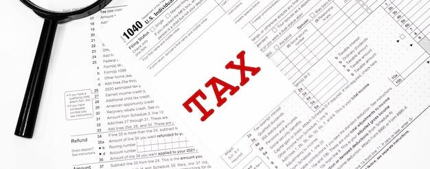 1040 formulaire de déclaration de revenus des particuliers avec stylo et loupe en gros plan détaillé