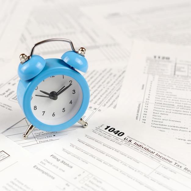 1040 formulaire de déclaration de revenus et réveil bleu