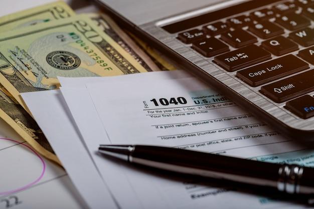 1040 formulaire d'impôt, argent et calendrier avec dollars américains argent et ordinateur
