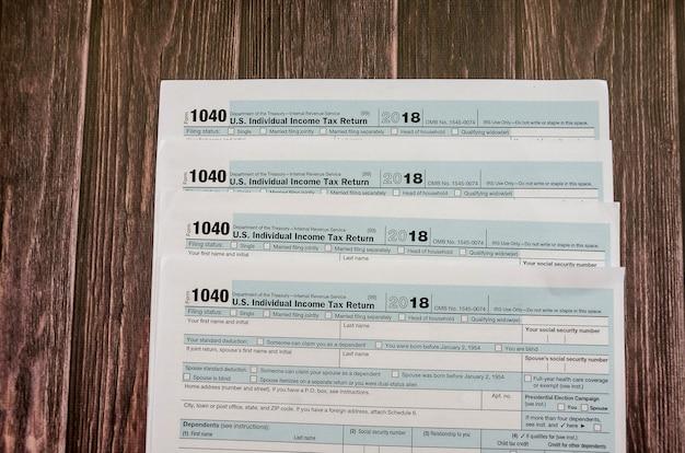 1040 formulaires fiscaux sur un fond en bois