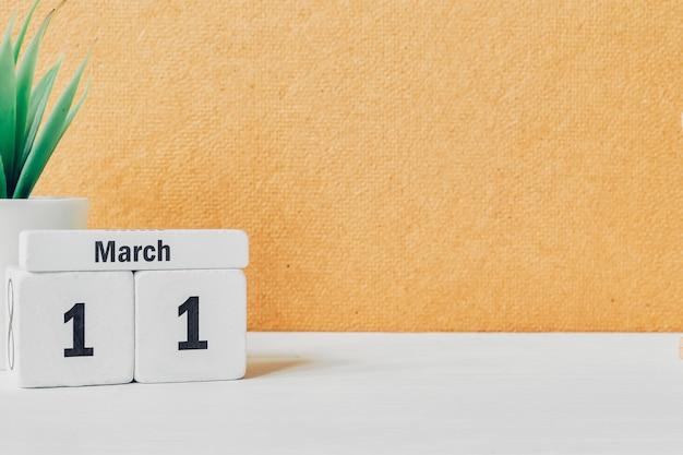 11 onzième jour de mars sur le calendrier avec plante