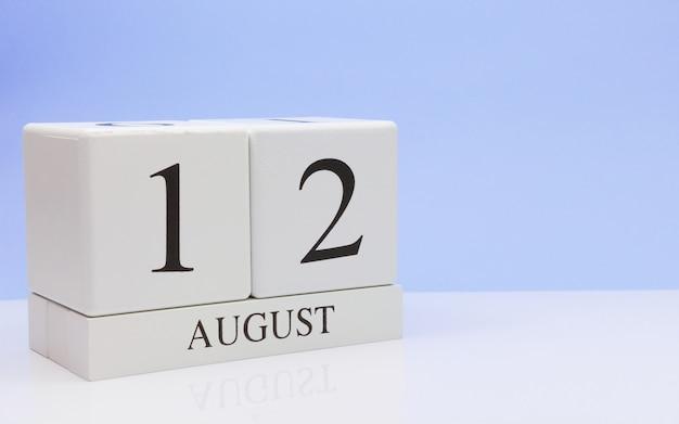 12 août. jour 12 du mois, calendrier quotidien sur tableau blanc