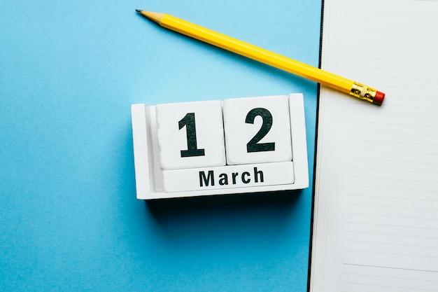 12 douzième jour de mars sur le calendrier avec un crayon