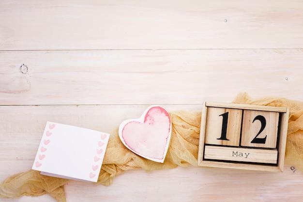 12 mai inscription avec coeur et papier