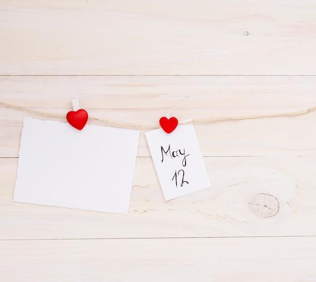12 mai inscription sur papier épinglé à la corde