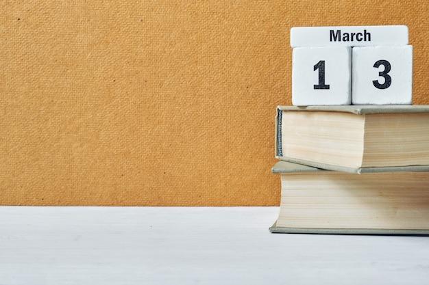 13 treizième jour de mars sur le calendrier avec des livres