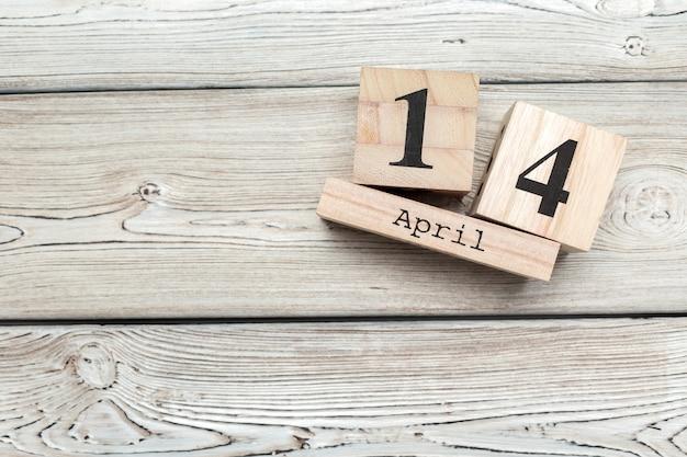 14 avril. jour 14 du mois d'avril, calendrier sur table avec bleu. temps de printemps