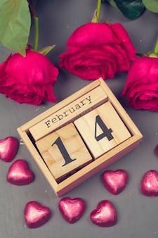 14 février sur calendrier et décorations pour la saint valentin.