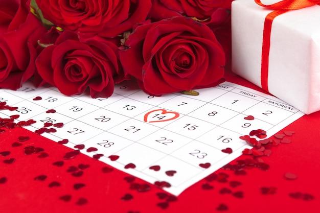 14 février sur le calendrier et les décorations pour la saint valentin.