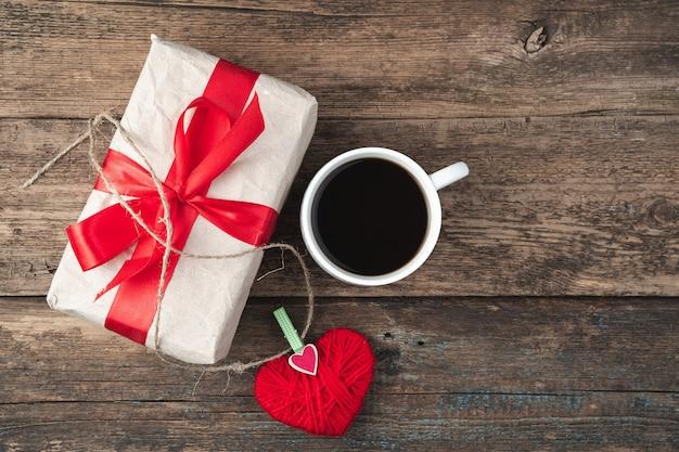 14 février, coeur, cadeau et café sur un bois. vue de dessus