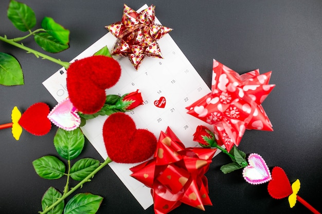14 février concept de la saint-valentin avec des décorations rouges.