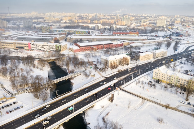 15 janvier 2021. partizansky prospekt dans la ville de minsk. pont sur la rivière svisloch et la route qui la traverse avec des voitures en hiver. biélorussie.