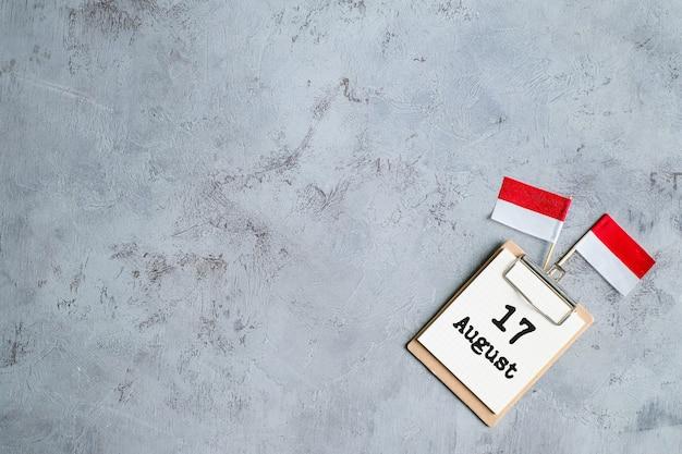 17 aot sur le carnet de notes concept de la fête de l'indépendance de l'indonésie et de la fête nationale de l'indonésie. vue de dessus avec un espace pour votre texte