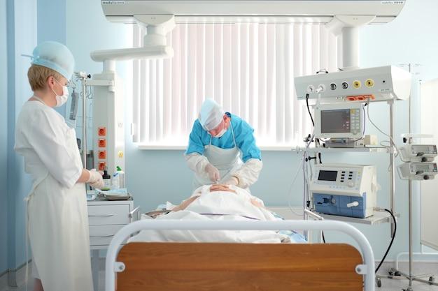 19.7.17, bélarus, cardiocentre de grodno. médecin anesthésiste en soins intensifs installant un pacemaker ou un cathéter veineux central